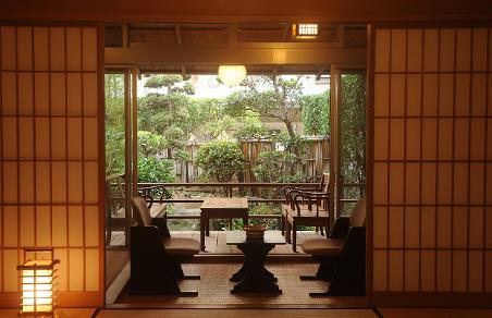 露天風呂付主室(10畳)と次の間(6畳)広縁付きの当館で一番広いお部屋