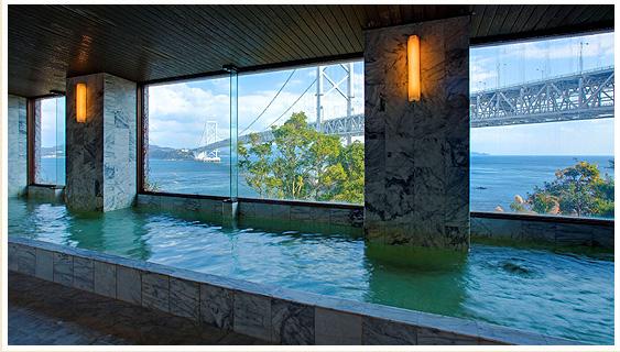 鳴門海峡にかかる大鳴門橋を眺めながら、解放感たっぷりの大浴場