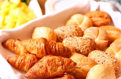 朝食は焼きたてパンが食べ放題!