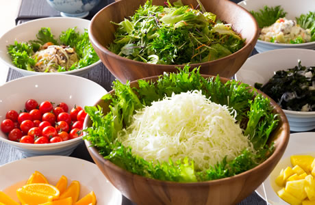 種類豊富なサラダ、果物で健康な朝を。