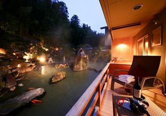 露天風呂付客室では四季の日本庭園を望みながらゆるりとした時間をお過ごしいただけます。
